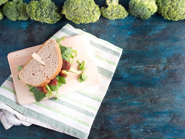 Brokkoli mit sandwich auf dem tisch