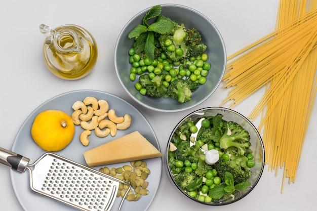 Brokkoli-nudeln grüne erbsen-minze und brokkoli im mixer und in der schüssel