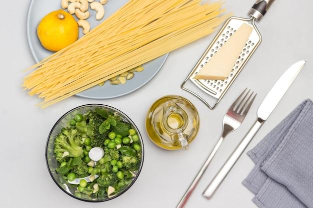 Brokkoli-nudeln kochen grüne erbsen-minze und brokkoli im mixer