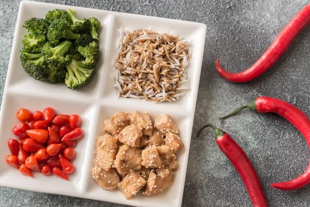 Brokkoli und hühnchen mit reis und chili anbraten