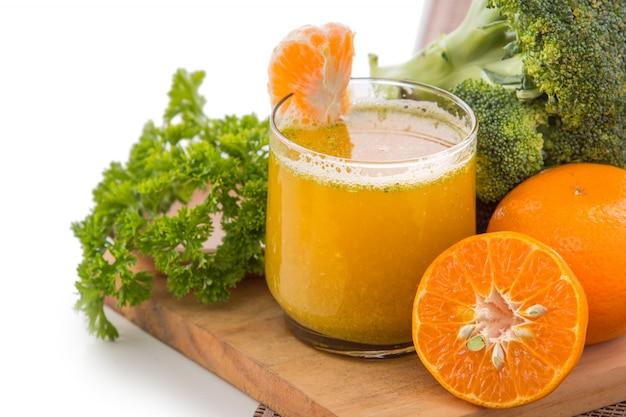 Brokkoli und orangen mischen saft isoliert