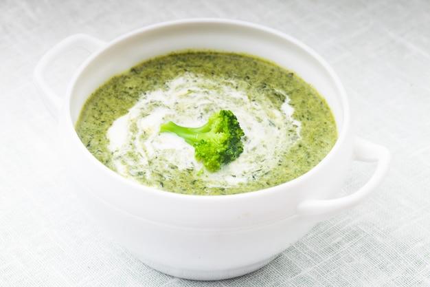 Brokkolicremesuppe in einer weißen schüssel