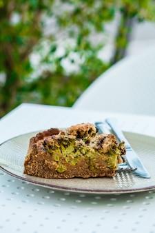 Brokkolikasserolle des strengen vegetariers in der weißen platte auf dem tisch im restaurant