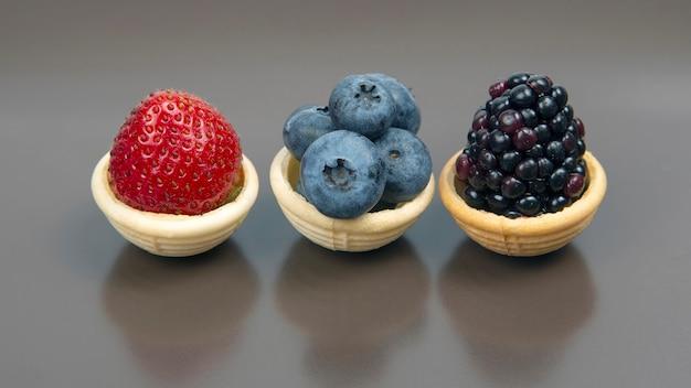 Brombeere, heidelbeere und erdbeere in einem waffelkorb. vitamine und gesunde lebensmittel