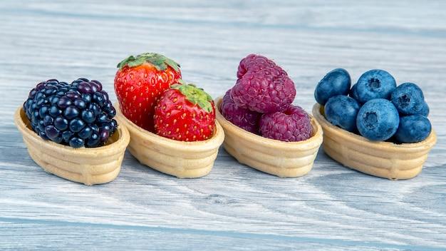 Brombeeren, himbeeren, erdbeeren, blaubeeren in einem waffelkorb