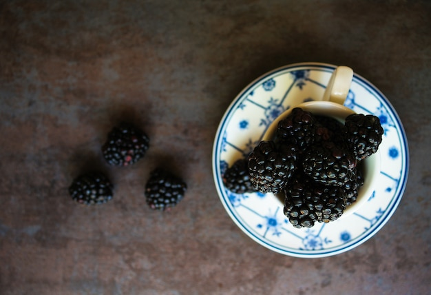 Brombeerfrüchte in der tasse