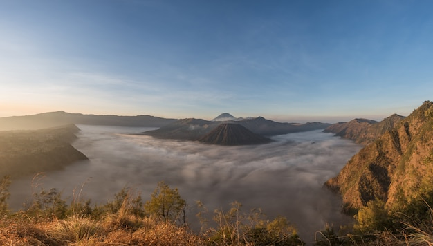 Bromo, batok und semeru vulkane bei sonnenaufgang