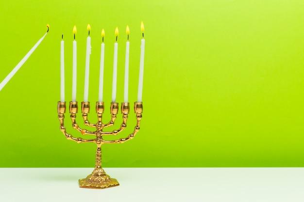 Bronze chanukka menora mit brennenden kerzen
