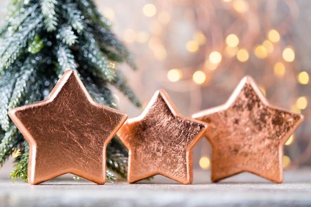 Bronze weihnachtssterndekoration. feiertagsdekorationsbronze auf bokeh hintergrund.