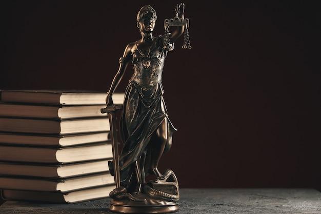Bronzestatue der gerechtigkeit auf dem schreibtisch lokalisiert. notar-konzept.