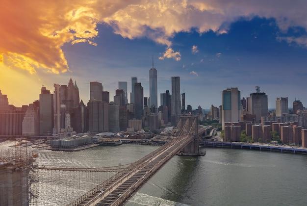 Brooklyn bridge bei sonnenuntergang blick auf new york city manhattan skyline panorama mit wolkenkratzern