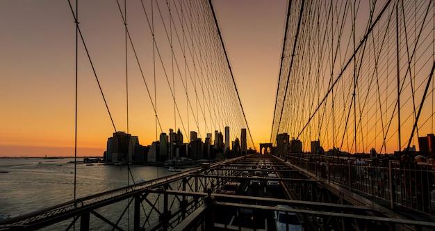 Brooklyn bridge bei sonnenuntergang