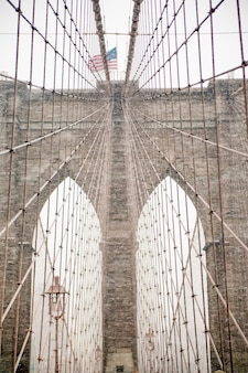 Brooklyn bridge und kabelmuster an bewölktem tag früher morgen an der fast leeren brooklyn bridge