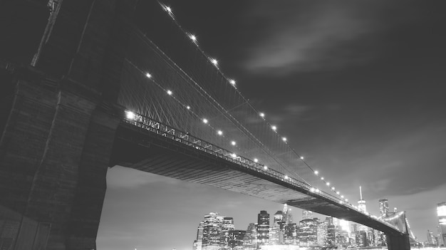 Brooklyn bridge und manhattan skyline bei nacht