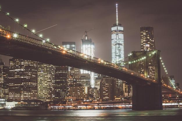 Brooklyn bridge und manhattan skyline bei nacht