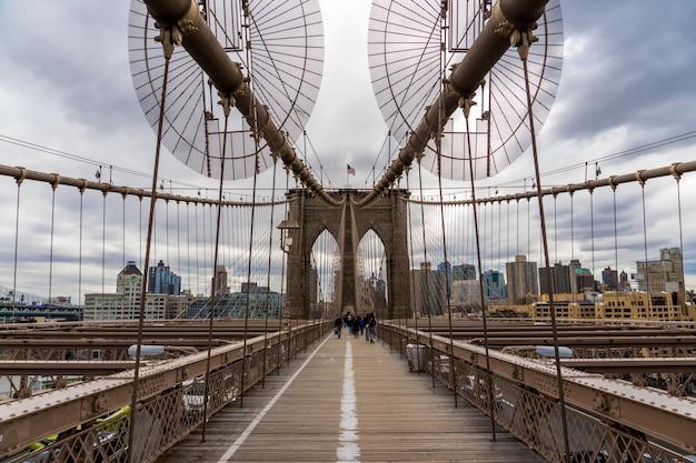 Brooklyn bridge und wolkenkratzer von downtown manhattan in new york city.