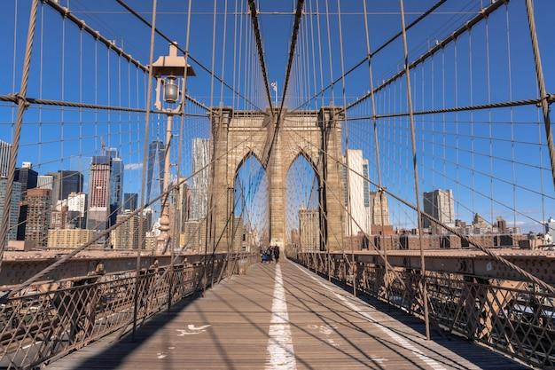 Brooklyn-brücke am morgen, im stadtzentrum gelegene skyline usa, architektur und gebäude mit touristen