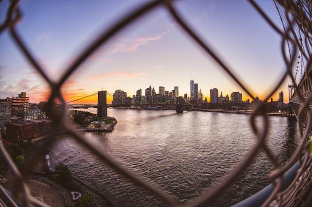 Brooklyn-brücke und im stadtzentrum gelegene skyline in new york