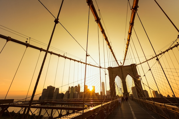 Brooklyn-brückensonnenuntergang mit manhattan-skylinen us