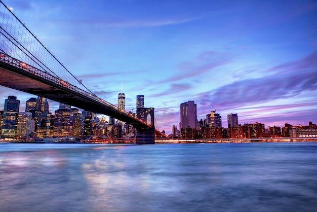 Brookyln bridge und manhattan skyline zur blauen stunde.