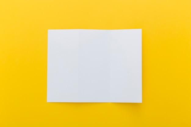 Broschüre auf gelbem grund