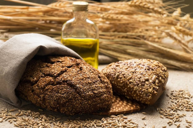 Brot, ähren und körner auf sackleinen