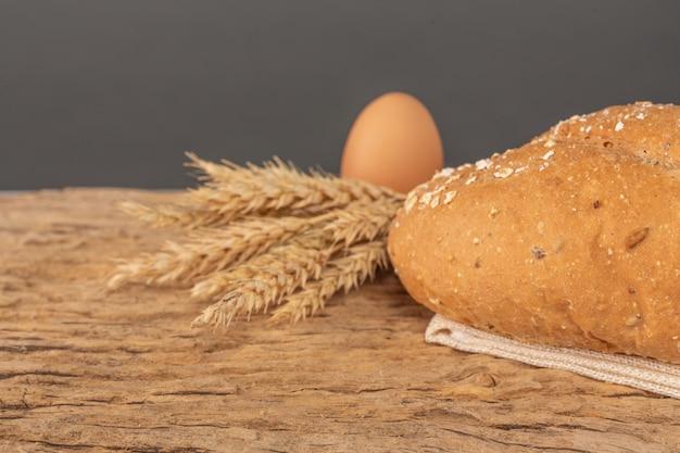 Brot auf einem holztisch auf einem alten bretterboden.