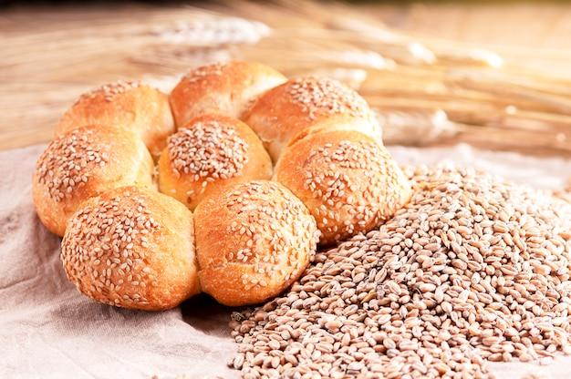 Brot auf einem holztisch mit weizenkörnern