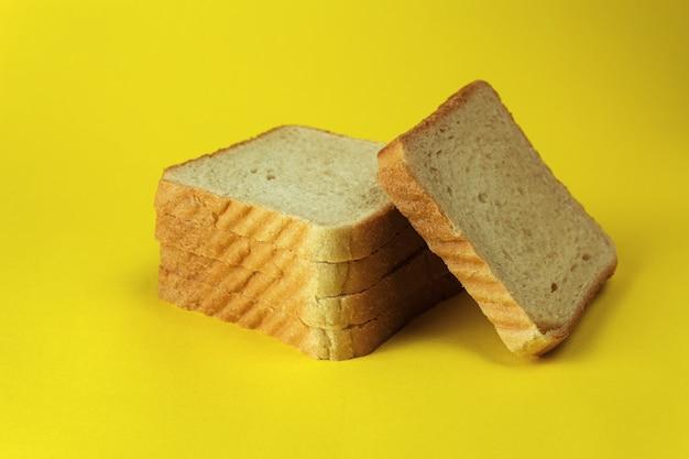 Brot auf einer gelben hintergrund-nahaufnahme-seitenansicht