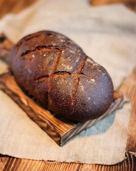 Brot auf holzuntergrund