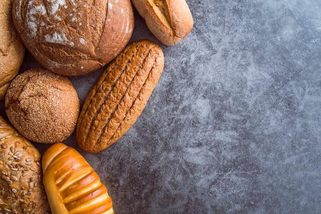Brot auf schieferhintergrund mit kopienraum