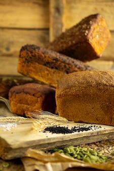 Brot auf schneidebrett, rustikaler holztisch