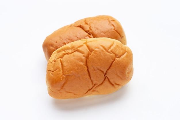 Brot auf weißem hintergrund.