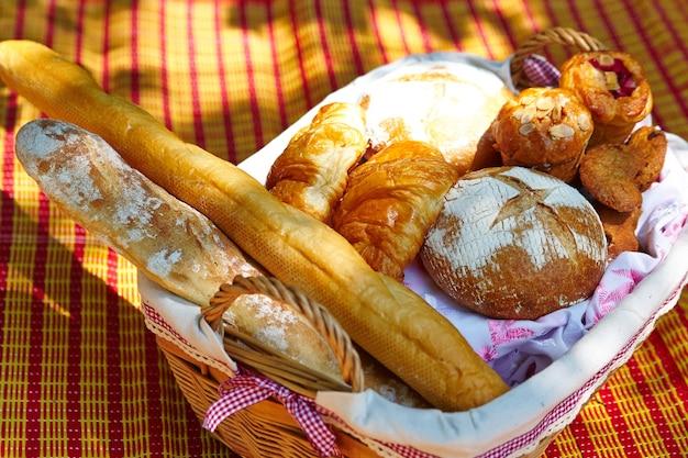 Brot, baguette und croissants in einem picknickkorb