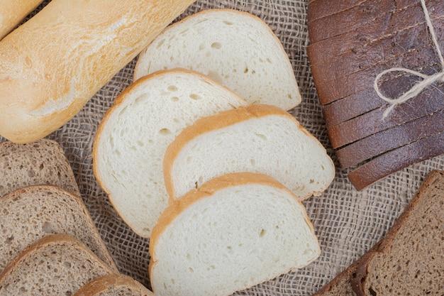 Brot frische lebensmittel sorte auf sackleinen
