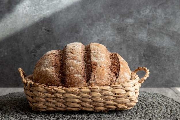 Brot im korb auf grauer marmoroberfläche