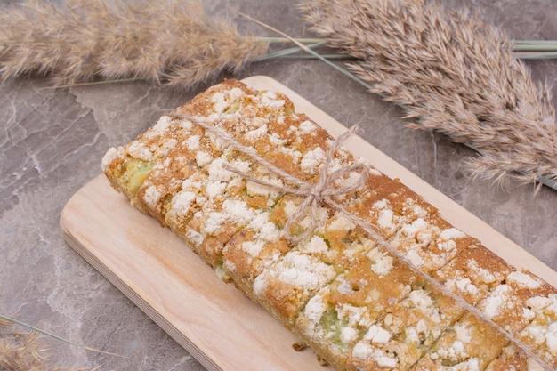 Brot in allzweckmehl auf einer holzplatte