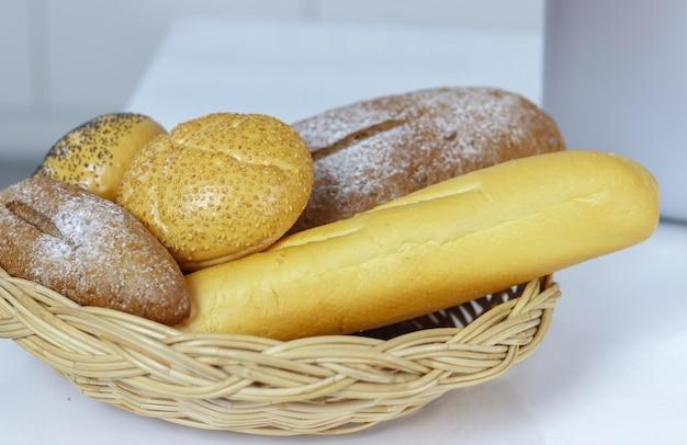 Brot ist auf dem korb für ein leckeres frühstück