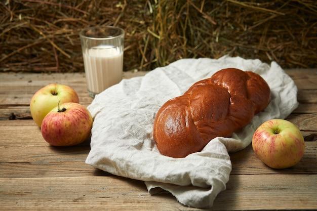 Brot mit apfel auf einem baumwolllappen