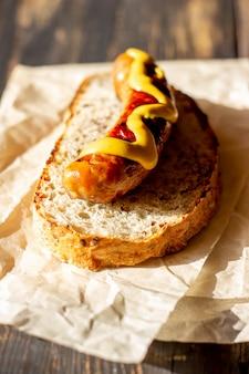 Brot mit bratwurst und senf. deutsche küche.