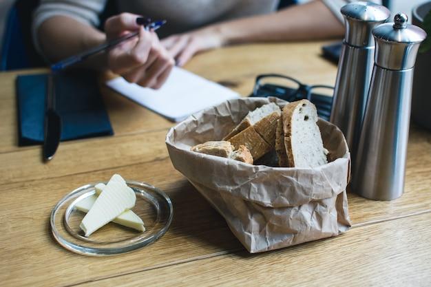 Brot mit butter im restaurant