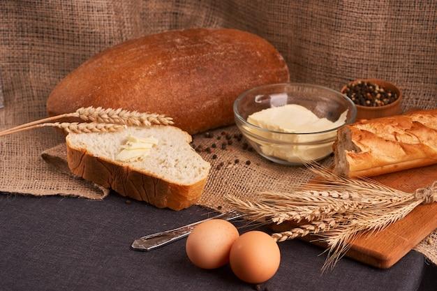 Brot mit butter. konzept der hausgemachten küche