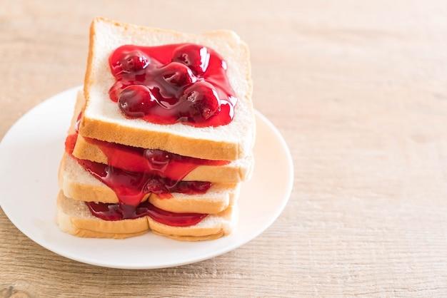 Brot mit erdbeermarmelade