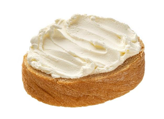Brot mit frischkäse auf weißem hintergrund