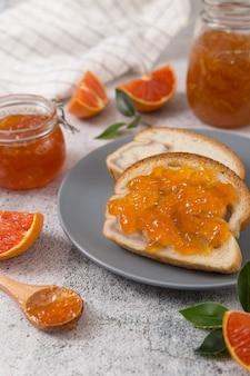 Brot mit hausgemachter leckerer marmelade