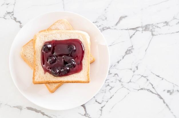 Brot mit heidelbeermarmelade