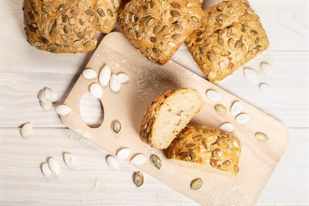 Brot mit kürbiskernen auf schneidebrett