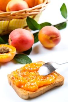Brot mit marillenmarmelade und frischem obst