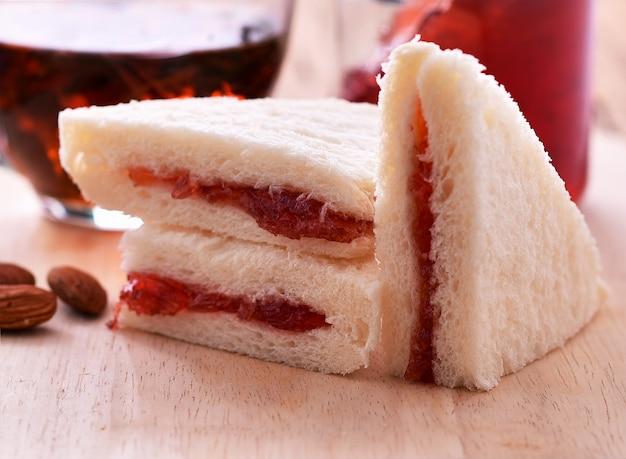Brot mit marmelade auf einem holzteller