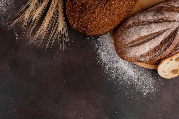 Brot mit mehl auf strukturiertem hintergrund